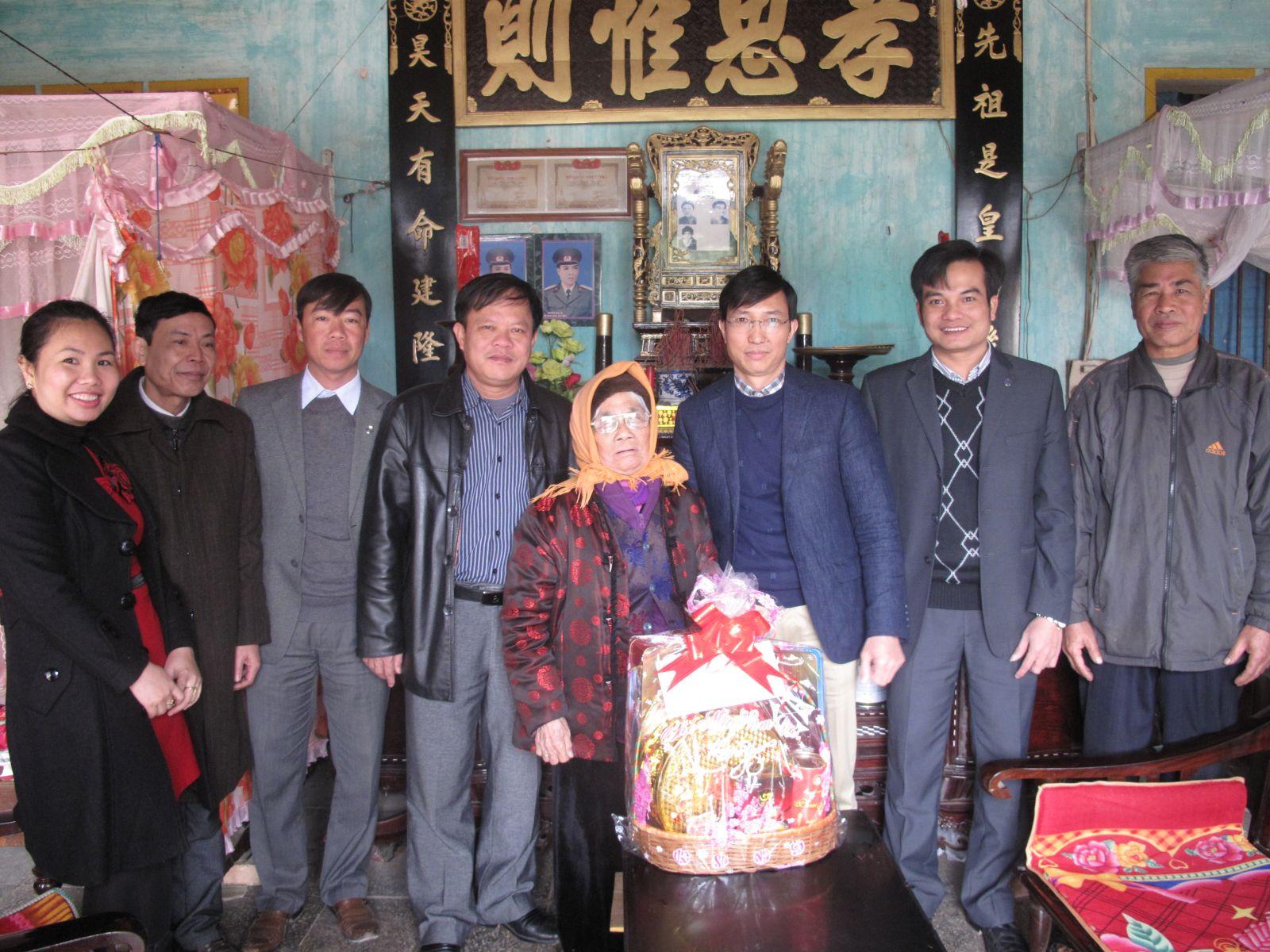 Thăm, chúc tết mẹ Việt Nam anh hùng, gia đình CBCNV có hoàn cảnh đặc biệt khó khăn