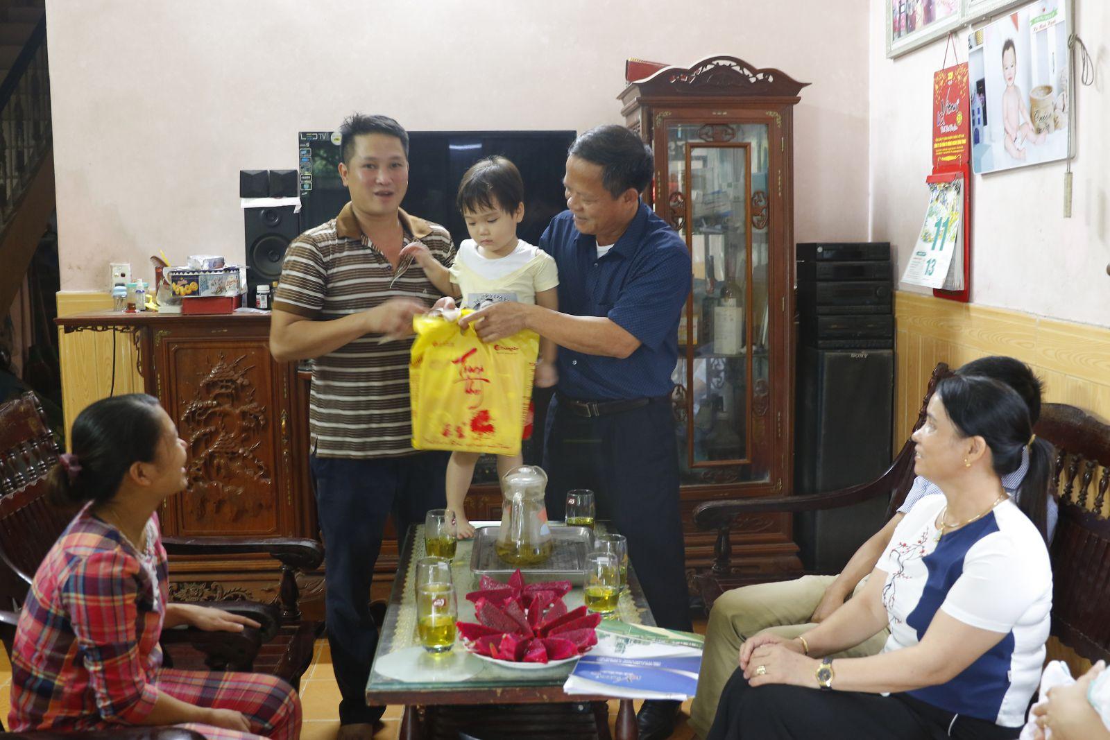 Trao quà ủng hộ con Đoàn viên Công đoàn phẫu thuật tim