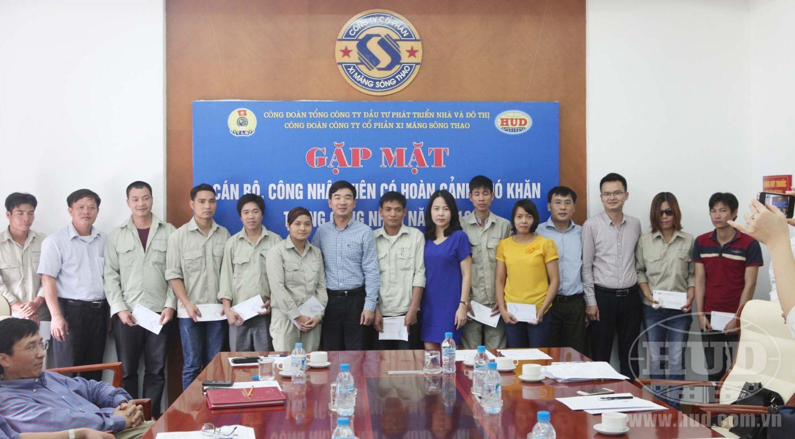 Công đoàn Tổng công ty thăm và tặng quà cho CBCNV người lao động có hoàn cảnh khó khăn và kiểm tra an toàn thực phẩm bếp ăn tập thể tại Công ty CP Xi măng Sông Thao